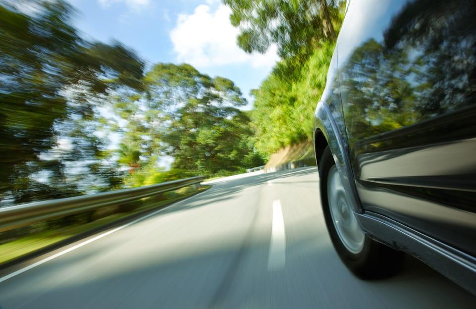 Detail van auto op de weg